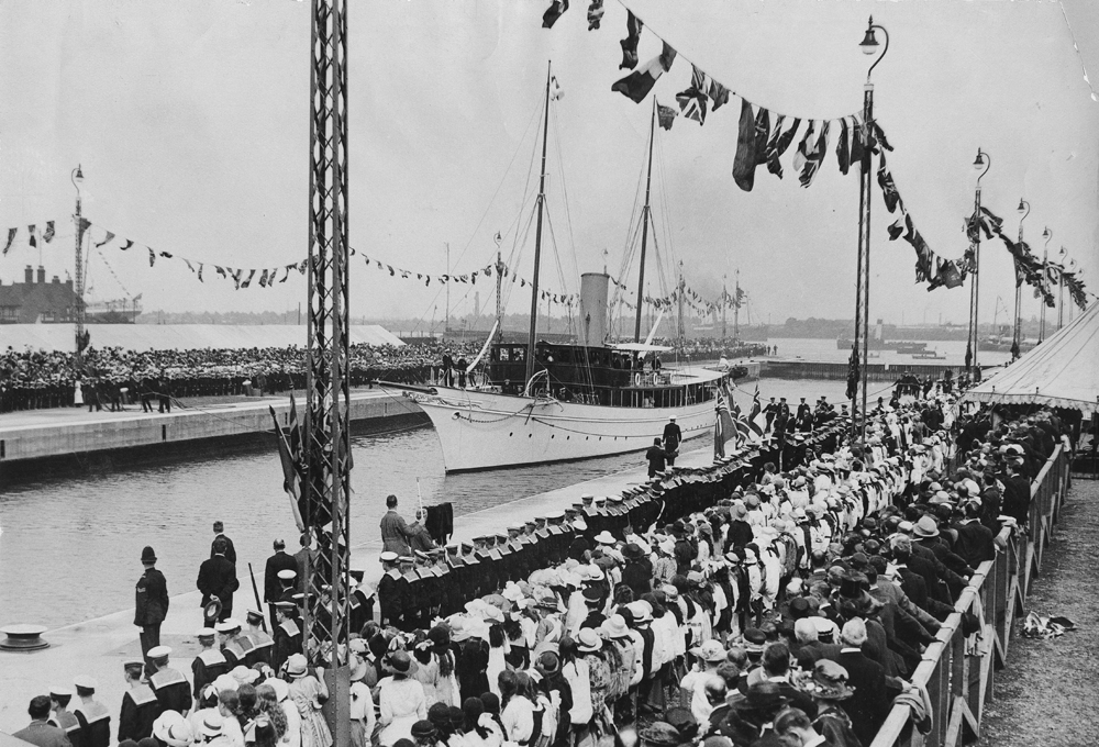An black and white photograph of a large crowd in 1921 watching the dock being opened.